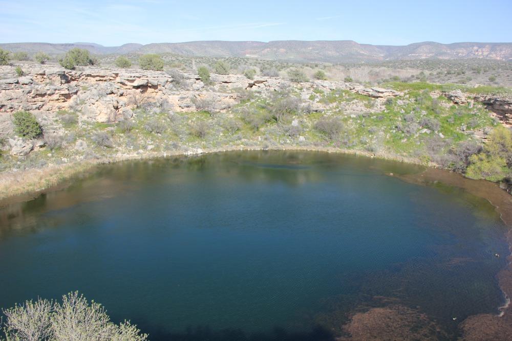 תצלום שדה של בור קארסטי, במרכז אריזונה, המהווה מלכודת אבק טבעית