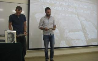 פרס על שם תיאודור דיקר ומנחם שרגא ז״ל  יוענק לתלמיד המחקר עודד אלעזר